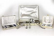 CHRISTOFLE Ménagère en métal argenté à spatules feuillagées comprenant : - 12 grands couverts - 12 couteaux de table - 12 couteaux à fromage - 12 fouchettes à gâteaux - 12 cuillères à entremets - 1 couvert de service - 1 pince à sucre - 1 pelle à