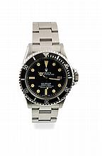 ROLEX Sea Dweller Vintage 1979 Ref : 1665 Numéro : 6 153 XXX Montre en acier sur bracelet Rolex Oyster acier, boitier rond couronne et fond de boite signés et vissés, cadran noir mat index peints lunette bi directionelle, état et patine