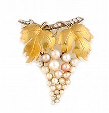 BROCHE en or jaune stylisant une grappe de raisin, la monture sertie d'une succession de perles probablement fines rehaussées de deux feuilles de vignes en or jaune. Poids brut : 9,7 g A pearl, diamond and yellow gold brooch