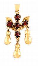 PENDENTIF CROIX du saint esprit en or jaune lisse stylisant en son centre une colombe sertie de grenats ornée de trois pampilles. Poids brut : 8,1 g Hauteur : 5,5 cm Largeur : 2,5 cm  A yellow gold pendant.