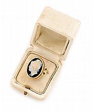 BAGUE en or jaune ornée d'un camée sur agate deux couches stylisant un profil de femme, la monture finement travaillée et ciselée. Poids brut : 8,5 g TDD : 53
