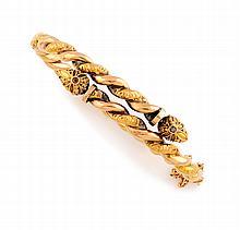BRACELET en or jaune, la monture entrelacée, finement ciselée et ornée de deux diamants taillés en rose. Travail du début du XXe siècle Poids brut : 16,2 g Largeur : 7 cm Hauteur : 5,7 cm  A yellow gold and diamond bracelet.