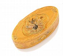 BOITE en or jaune de forme ovale ciselée et guillochée à décors de fleurs. Poinçons de maître. Poids brut : 79,3 g Longueur : 7 cm  A yellow gold box.