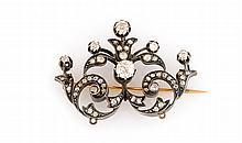 BROCHE en or jaune et argent, ornée de diamants de taille ancienne, la monture pontuée de diamants de taille rose. Hauteur : 30 mm Largeur : 40 mm Poids brut : 8,9 g  A diamond, silver and yellow gold brooch.