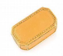 BOITE en or jaune guillochée, de forme rectangulaire à pans coupés ornée motifs floraux. Plusieurs poinçons à l'intérieur. Longueur : 65 mm Largeur : 35 mm Profondeur : 25 mm Poids brut : 66,3 g  A yellow gold box.