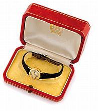 CARTIER MONTRE en or jaune le cadran rond, signée Cartier au cadran, bracelet en cuir noir,dans sa boite d'origine de la maison Cartier. Poids brut : 12,2 g  A yellow gold wristwatch by Cartier.