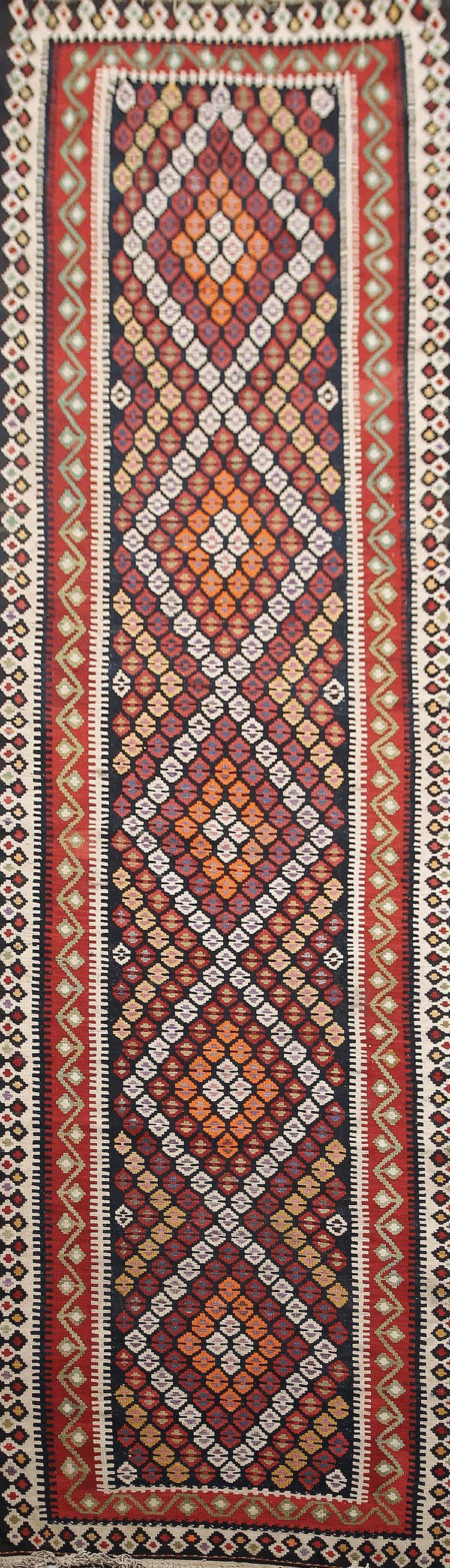 Grande galerie KILIM-SENNEH- KURDE (nord-ouest de l'Iran) à semis d'encres et de crochets stylisés 358 x 104 cm