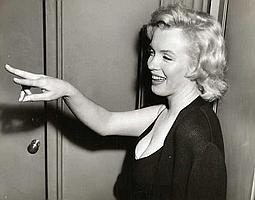 Agence de presse Marilyn Monroe photographiée après son mariage avec Arthur Miller. Tirage argentique de presse d'époque. Tampon et mention légale au dos. Circa 21 juin 1956. 18 x 24cm.