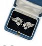 PAIRE DE CLIP D'OREILLES en platine et or gris ornée de diamants de taille brillant stylisant un bouqet de fleur. Poids brut : 11,6 g Hauteur : 3 cm