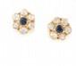 PAIRE DE BOUCLES D'OREILLES en or jaune stylisant une fleur ornée d'un saphir serti clos et de six diamants de taille rose serti clos. Poids burt : 7,3 g