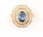 BAGUE en or jaune ornée d'un saphir de taille ovale dans un double entourage de diamant de taille brillant. Poids brut : 4,9 g TDD : 53  A sapphire, diamond and yellow gold ring