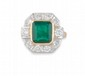 BAGUE en or jaune de forme rectangulaire à pans coupés ornée d'une émeraude de 2,45 carats en serti clos dans un entourage de diamants de taille moderne. Poids brut : 10,25 g TDD : 54  A emerald, diamond and yellow gold ring