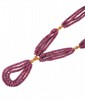 COLLIER en or jaune orné de quatres rangs de perles de rubis retenant un pompom de perles de rubis. Poids brut : 56,7 g  Longueur : 34,5 cm