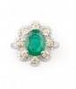 BAGUE en or gris ornée d'une emeraude de taille ovale de 1,75 carats dans un entourage de diamants de taille moderne et de taille jonquille. Poids brut : 7,5 g TDD : 54  A emerald, diamond and white gold ring