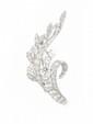 BROCHE en or gris stylisant une gerbe de fleur ornée de diamants brillantés retenant en son centre une ceinture de diamants de taille brillant.  Poids brut : 11,3 g  A diamond and white gold brooch