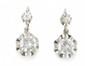 PAIRE DE DORMEUSES en or gris et de diamants de taille moderne. Poids brut : 5,3 g  A diamond and white gold pair of earings.