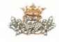 BROCHE en or jaune et argent ornée de diamants de taille rose, de rubis, saphirs, émeraudes et perles, stylisant une hermine entourée de deux fleurs de lys surmontée d'une couronne. Poids brut : 15,2 g Largeur : 5 cm Hauteur : 3 cm A pearl, diamond,