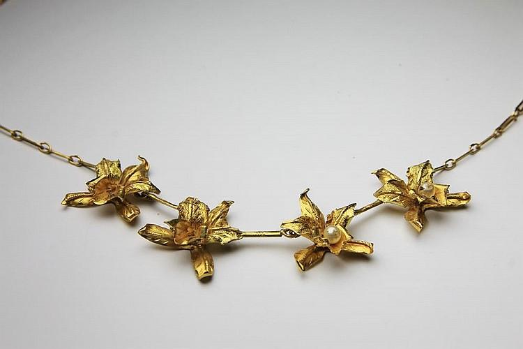 COLLIER en or jaune stylisant quatres fleurs retenant des perles. Poids brut : 13,6 g