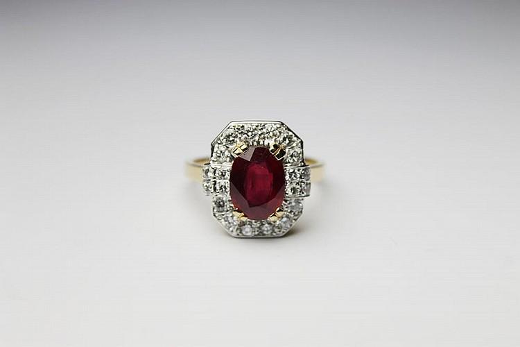 BAGUE en or jaune ornée d'un rubis de taille ovale dans un entourage de diamants. Poids brut : 5,9 g TDD : 56