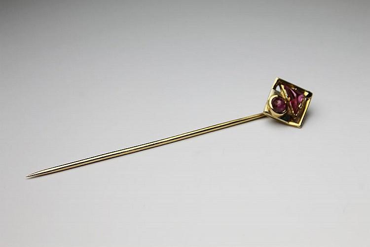EPINGLE DE CRAVATE en or jaune ornée de saphirs rose de taille cabochon. Poids brut : 3,8 g
