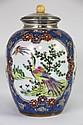 CHINE POT COUVERT en porcelaine polychrome à fond bleu à décor d'oiseaux fantastiques dans des cartouches polylobés. Couvercle en argent, le frétèle en ivoire. XIXème siècle Haut : 19 cm