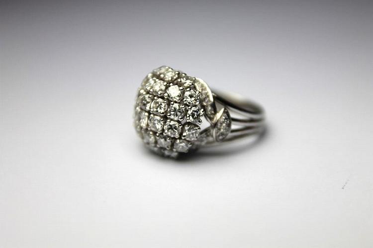 BAGUE boule en platine, ornée de diamants de taille brillant, la monture finement ajourée et pavée de diamants brillantés. Poids brut : 10,2 g TDD : 50 - 51 A DIAMOND AND PLATINIUM RING