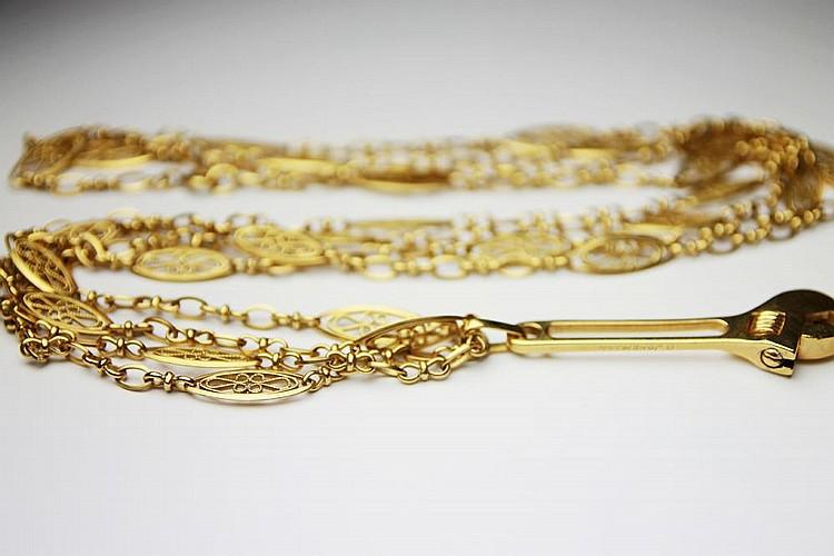 CHAINE en or jaune ciselé retenant un pendentif en or jaune. Poids brut : 53,7 g