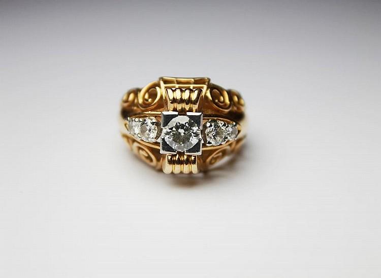 BAGUE en or jaune, ornée de cinq diamants de taille ancienne, la monture ajourée et ciselée. Poids brut : 13,7 g TDD : 53 - 54