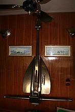 L'ancre en bronze pèse 250 kg et se démonte en 3 parties : Ht axe vertical 1,92m, Larg axe horizontal 1,52m, pale 64cm. Noté dessus 500LB   632589-2 et sur l'axe vertical NM