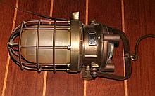 une lampe de scaphandrier électrifiée
