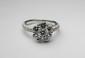BAGUE en or gris stylisant une fleur composée de sept diamants de taille brillant, la monture sertie de diamants brillantés. Poids brut : 4,8 g TDD : 53