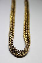 COLLIER en or jaune à maille américaine en légère chute. Longueur: 26,5 cm Poids brut: 55,2 g