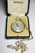 JUVENIA MONTRE DE GOUSSET et sa chaine finement ciselée en or jaune. Index et chiffres arabes, trotteuse à 6 heures, aiguille bleui Poids brut : 72 g