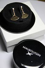 MAUBOUSSIN PAIRE DE BOUCLES D'OREILLES en or jaune composée d'un diamant de taille brillant retenant une chainette amovible ornée d'un motifs triangualire en or. Signée et numérotée. Dans son écrin d'origine. Poids brut: 4,5 g