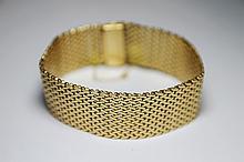 BRACELET souple en or jaune à maille tressée. Poids brut: 64,8 g