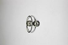 BAGUE en or gris et platine ornée de deux diamants de taille rose. Poids brut: 2,7 g  TDD: 59