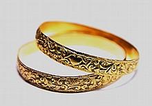 LOT DE DEUX BRACELET D'ENFANT en or jaune finement ciselé à motif floral. Poids brut: 24,5 g