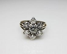BAGUE en or gris ajourée styllisant une fleur sertie de sept diamants de taille brillant. Poids brut: 6,87 g  TDD: 57