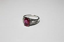 BAGUE en or gris ornée d'un saphir rose de taille ovale de 3.20 carats épaulé de huit diamants de taille brillant, la monture ajourée sertie de vingt diamants de taille brillant.  Poids brut: 6,30 g  TDD : 52