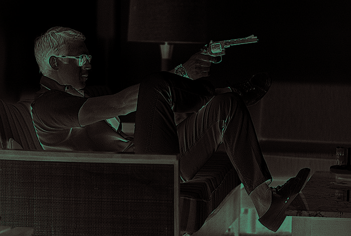 John DOMINIS (né en 1921) Steve McQueen aims a pistol in his living room, Palm Spring, 1963 Tirage argentique 2013 Tampon à froid sur le tirage en bas à droite Signature au dos 40x50 cm Ce tirage fait partie des derniers tirages signés par l'artiste.
