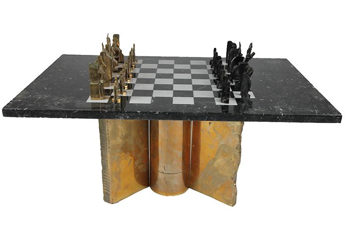 ARMAN (1928-2005) et Georges BOISGONTIER (né en 1931) Jeu d'échecs, 1986 Plateau en marbre, orné d'un damier de 64 cases. Socle en bronze à décor de ruines architecturales stylisées conçu par BOISGONTIER. 16 pièces en bronze poli par BOISGONTIER. 16