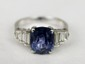 BAGUE en or gris ornée d'un saphir de taille ovale 5.58 cts, agrémentée de 6 diamants de taille baguette (env.  0.45 ct). Poids brut : 5,55 g. TDD : 55  CERTIFICAT AIGS Attestant : PAS DE MODIFICATION THERMIQUE n ° : GF12020340