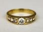 BAGUE en or jaune, ornée en son centre d'un diamant de taille brillant. La monture sertie de diamants brillantés. Poids brut : 5,6 g TDD : 63  A diamond and yellow gold ring