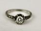 BAGUE en platine et or gris, ornée d'un diamant de taille brillant, la monture sertie de brillant. Poids brut : 2,6 g TDD : 56