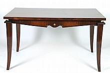 TRAVAIL DES ANNÉES 1940/50 Table rectangulaire de salle à manger en placage de palissandre.    Les quatre pieds sabre, en angle et au chapiteau en ressaut, sont réunis par une ceinture mouvementée soutenant le plateau.