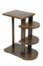 LE BÛCHERON Guéridon moderniste en placage de chêne teinté.    La partie latérale reçoit deux tablettes cintrées et le plateau supérieur repose sur un fût cylindrique accueilli par une base rectangulaire.