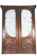DANS LE GOÛT D'EUGÈNE GAILLARD (1861-1933)  Deux importants éléments de boiserie, le haut vitré, en acajou mouluré et sculpté.