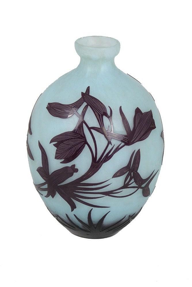 André DELATTE (1887-1953) à Nancy Vase ovoïde à petit col évasé. Épreuve en verre multicouche dégagé à l'acide au décor tournant, de fleurs des marais, aubergine sur fond bleu opaque. Signé et situé ADELATTE Nancy, en réserve gravé en camée à