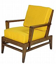 René GABRIEL (1890-1950) Grand fauteuil en chêne ciré et tissu jaune 80 x 56 x 86 cm