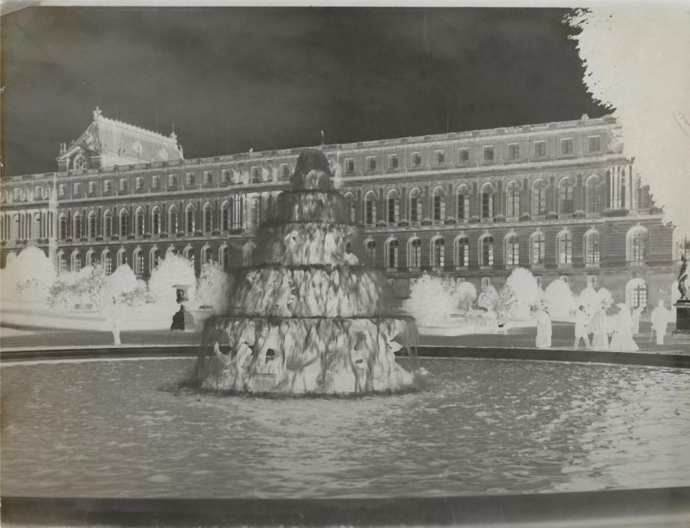 BEL ENSEMBLE DE 30 PLAQUES PHOTOGRAPHIQUES en verre représentant des vues du château de Versailles